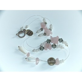 Quartz, perles nacres et Swarovski et verre.