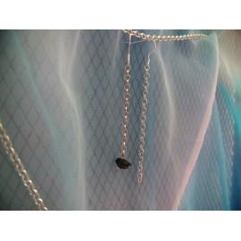Obsidienne en équilibre sur une fine chainette