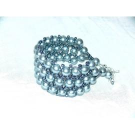 Bracelet en perles nacrées.